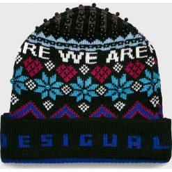 Desigual - Czapka. Czarne czapki zimowe damskie marki INOVIK, z elastanu. Za 149,90 zł.