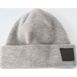 Melanżowa czapka z gumową naszywką. Szare czapki męskie Pull&Bear, z aplikacjami, z dzianiny. Za 59,90 zł.