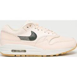 Nike Sportswear - Buty Nike Air Mac 1 Premium. Różowe buty sportowe damskie marki Nike Sportswear, l, z nylonu, z okrągłym kołnierzem. W wyprzedaży za 499,90 zł.