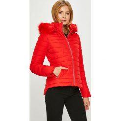 Guess Jeans - Kurtka Lorelie. Czerwone bomberki damskie Guess Jeans, l, z aplikacjami, z jeansu. Za 899,90 zł.