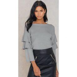 Swetry klasyczne damskie: Rut&Circle Sweter z rękawem z falbanami Tracy – Grey