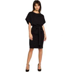Czarna Sukienka Przewiązana Paskiem z Nietoperzowym Krótkim Rękawem. Czarne sukienki dresowe marki Molly.pl, l, w jednolite wzory, z dekoltem w łódkę, z krótkim rękawem, mini, dopasowane. Za 139,90 zł.