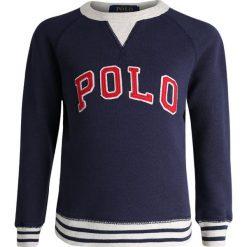 Polo Ralph Lauren GRAPHIC  Bluza newport navy. Niebieskie bluzy chłopięce Polo Ralph Lauren, z bawełny. Za 319,00 zł.