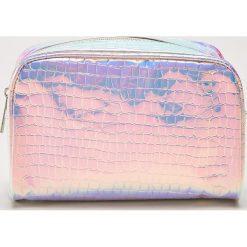 Holograficzna kosmetyczka z teksturą - Wielobarwn. Różowe kosmetyczki damskie marki House. Za 29,99 zł.