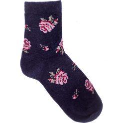 Czarne skarpetki w róże QUIOSQUE. Czarne skarpetki damskie marki QUIOSQUE, z nadrukiem. W wyprzedaży za 8,99 zł.