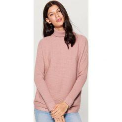 Prążkowany sweter z golfem - Różowy. Brązowe golfy damskie marki Mohito, m. Za 99,99 zł.