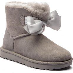 Buty UGG - W Gita Bow Mini 1098360 W/Sel. Szare buty zimowe damskie marki Ugg, z materiału, z okrągłym noskiem. Za 879,00 zł.