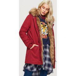 Płaszcze damskie: Zimowy płaszcz z eko futrem - Bordowy