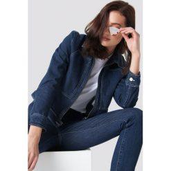 NA-KD Trend Krótka kurtka jeansowa - Blue. Niebieskie bomberki damskie NA-KD Trend, z bawełny. Za 283,95 zł.