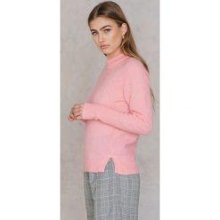 Swetry klasyczne damskie: Second Female Sweter z okrągłym dekoltem i rozcięciami Brook – Pink