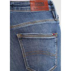 Tommy Jeans HIGH RISE SKINNY SANTANA Jeans Skinny Fit vermont mid blue stretch. Niebieskie jeansy damskie marki Tommy Jeans, z bawełny. W wyprzedaży za 359,20 zł.