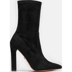 Czarne kozaki damskie. Czarne buty zimowe damskie Kazar, ze skóry, przed kolano, na wysokim obcasie, na obcasie. Za 499,00 zł.