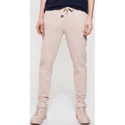 Spodnie dresowe damskie: Dresowe spodnie typu jogger – Różowy