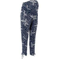 Elastyczne spodnie ciążowe bonprix ciemnoniebiesko-biały z nadrukiem. Niebieskie spodnie ciążowe marki bonprix, w paski, z dżerseju. Za 99,99 zł.