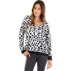 Sweter w kolorze biało-czarnym. Białe swetry oversize damskie Winter Time, s, prążkowane. W wyprzedaży za 86,95 zł.