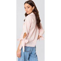 Rut&Circle Koszula z kieszonkami Nicole - Pink. Zielone koszule wiązane damskie marki Rut&Circle, z dzianiny, z okrągłym kołnierzem. Za 121,95 zł.