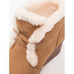 UGG JEOVANA Ankle boot chestnut. Brązowe buty zimowe damskie Ugg, z materiału. Za 889,00 zł.