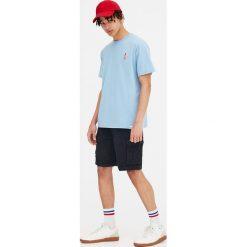 Koszulka z krótkim rękawem i haftem. Szare t-shirty męskie marki Pull & Bear, okrągłe. Za 39,90 zł.