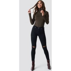 Spodnie damskie: NA-KD Jeansy Skinny Mid Waist Destroyed - Black