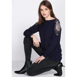 Swetry klasyczne damskie: Granatowy Sweter Comply