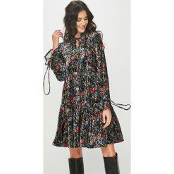 Answear - Sukienka. Szare długie sukienki marki ANSWEAR, na co dzień, l, z dzianiny, casualowe, z długim rękawem, rozkloszowane. Za 149,90 zł.