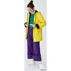 Płaszcz przeciwdeszczowy z futrzaną podszewką i kapturem. Żółte płaszcze damskie Pull&Bear, z futra. Za 199,00 zł.