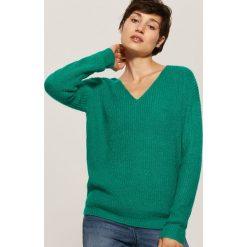 Sweter z dekoltem w serek - Zielony. Szare swetry klasyczne damskie marki Top Secret, na jesień, z dekoltem w serek. Za 69,99 zł.
