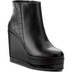 Botki GUESS - Lina FLINA4 LEA10 BLACK. Czarne buty zimowe damskie Guess, z materiału, na obcasie. W wyprzedaży za 369,00 zł.