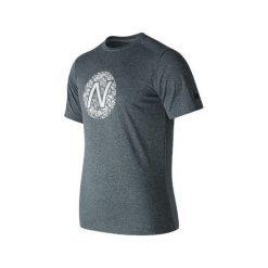 KOSZULKA HEATHER TECH TEE GRAPHIC. Brązowe koszulki do biegania męskie marki New Balance, m, z nadrukiem, ze skóry. Za 69,99 zł.