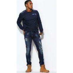 Granatowe Jeansy Averdone. Czarne jeansy męskie z dziurami marki Born2be, l, z aplikacjami, z dresówki. Za 84,99 zł.
