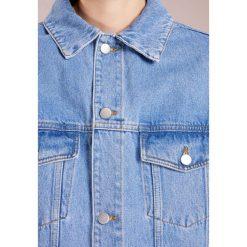 Holzweiler CORNELIA Kurtka jeansowa lt indigo. Niebieskie bomberki damskie Holzweiler, l, z bawełny. W wyprzedaży za 567,60 zł.