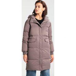 Minimum KIRA  Płaszcz puchowy taupe. Brązowe płaszcze damskie puchowe Minimum, z materiału. W wyprzedaży za 576,95 zł.