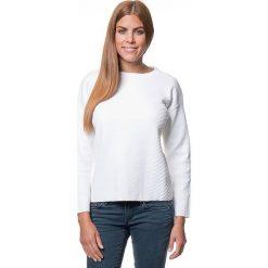 Sweter w kolorze białym. Białe swetry klasyczne damskie marki Benetton, xs, z okrągłym kołnierzem. W wyprzedaży za 150,95 zł.