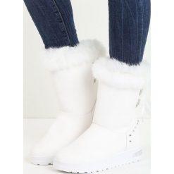 Białe Śniegowce Fallin. Białe buty zimowe damskie marki Reserved, na wysokim obcasie. Za 44,99 zł.