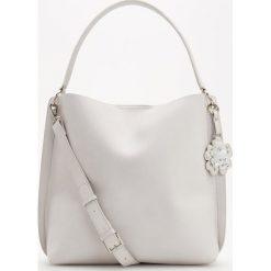 Shopper bag damskie: Torba shopper z ozdobnym brelokiem – Jasny szar