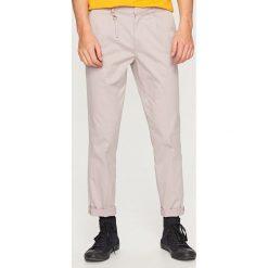 Chinosy męskie: Spodnie z kantem chino carrot fit – Beżowy