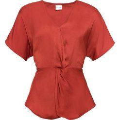 Bluzka satynowa z przewiązaniem bonprix ceglastoczerwony. Czerwone bluzki z odkrytymi ramionami marki bonprix, z satyny, z dekoltem w serek. Za 59,99 zł.