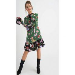 Sukienki balowe: Kwiecista sukienka z krawatką