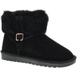 Skórzane botki w kolorze czarnym. Czarne buty zimowe damskie Carla Samuel, na zimę, na klamry. W wyprzedaży za 299,95 zł.