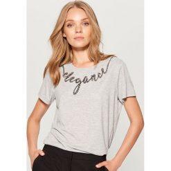 Koszulka z aplikacją z ekologicznych pereł - Szary. Szare t-shirty damskie marki Mohito, l, z aplikacjami. W wyprzedaży za 39,99 zł.