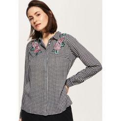 Koszule wiązane damskie: Koszula z kwiatową aplikacją – Czarny