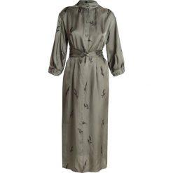 And Less ALBERTINO DRESS Sukienka koszulowa dusty olive. Zielone sukienki And Less, z materiału, z koszulowym kołnierzykiem, koszulowe. Za 549,00 zł.