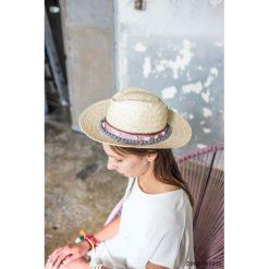 Kapelusz Powder grey z pomponami. Białe kapelusze damskie marki Born2be, na lato. Za 80,00 zł.