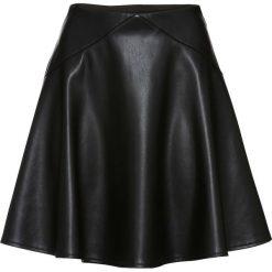 Spódnica z materiału w optyce skóry bonprix czarny. Białe spódniczki skórzane marki QUIOSQUE, s, z haftami, dopasowane. Za 89,99 zł.