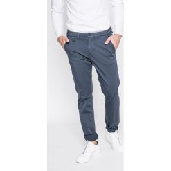 Guess Jeans - Spodnie Alain. Szare jeansy męskie z dziurami marki Guess Jeans, l, z aplikacjami, z bawełny. Za 369,90 zł.