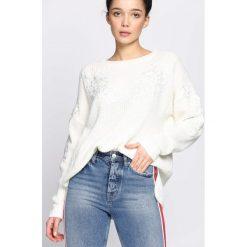 Kremowy Sweter Gracefulness. Białe swetry klasyczne damskie marki Born2be, uniwersalny, z okrągłym kołnierzem. Za 74,99 zł.