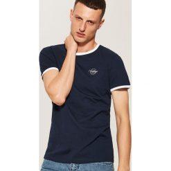 T-shirt z kontrastowym obszyciem - Granatowy. Niebieskie t-shirty męskie House, l, z kontrastowym kołnierzykiem. Za 35,99 zł.