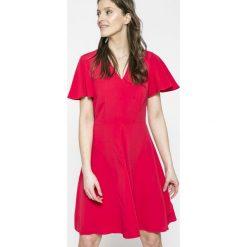 Tommy Hilfiger - Sukienka. Szare sukienki mini TOMMY HILFIGER, na co dzień, z aplikacjami, z tkaniny, casualowe, z krótkim rękawem, dopasowane. W wyprzedaży za 499,90 zł.