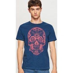 T-shirt z nadrukiem - Granatowy. Niebieskie t-shirty męskie z nadrukiem Reserved, m. W wyprzedaży za 24,99 zł.