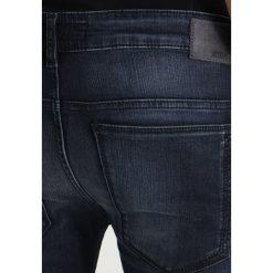 DRYKORN JAZ Jeansy Slim fit blue. Niebieskie jeansy męskie relaxed fit marki DRYKORN, m, z dekoltem karo. Za 589,00 zł.